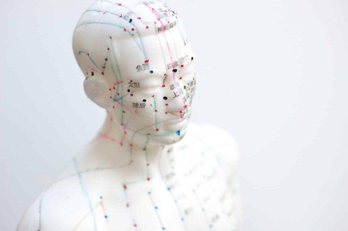 Acupuncture - gros plan sur l'oreille