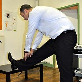 Positionnez le pied sur le support adéquat, les orteils relevés vers le tronc.