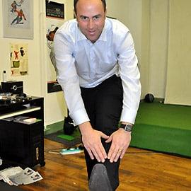 Les deux jambes tendues, penchez vous doucement et progressivement vers l'avant, bras tenus, jusqu'à ce que vos doigts touchent votre chaussure puis vos orteils.
