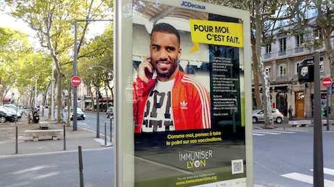 A Lyon, la campagne «Immuniser.Lyon» met Lacazette à l'affiche !