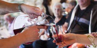 Personnes trinquant au vin rouge
