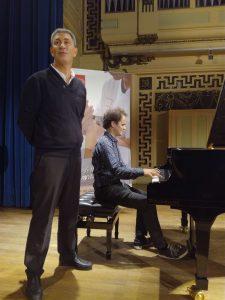 Le Dr Gérard Mick en compagnie du pianiste Florian Caroubi, à l'occasion d'une conférence organisée le 11 octobre salle Molière à Lyon, à l'initiative de la Fondation APICIL.