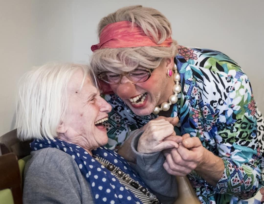 Des owns our faire rire les enfants et les personnes âgées à l'hôpital