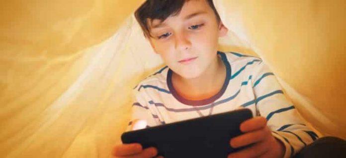 Un usage modéré des écrans est essentiel pour le bien-être de l'enfant et son bon développement.©Larina Marina/Shutterstock