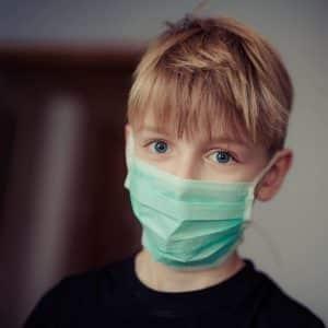 apprendre aux enfants à se protéger du coronavirus avec un masque ©CCO