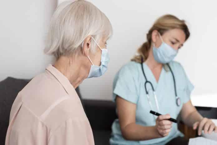 Vaccination chez les seniors : quelles réactions ? © Freepik