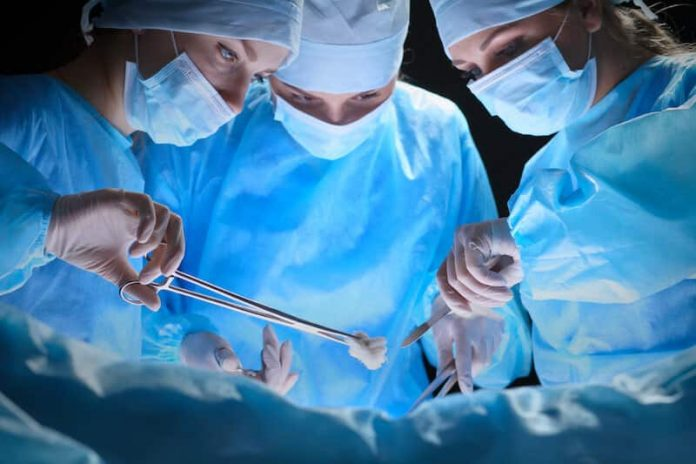 Intervention chirurgicale à l'hôpital.