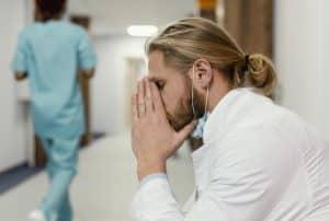 La criose couve à l'hôpital public, où les soignants n'en peuvent plus.